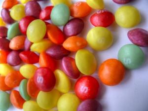 Los caramelos, por su alta cantidad de colorantes y azúcares, pueden dañar la coloración de tus dientes y provocar caries